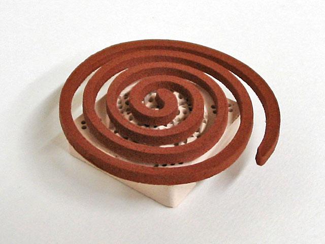 専用のお香台(うてな角型)にのった芳輪「堀川 渦巻き」の写真